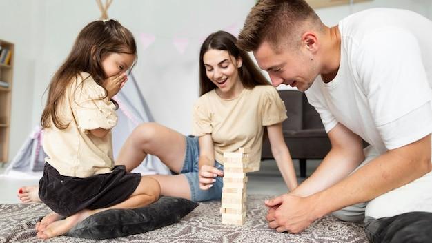 Ouders spelen met hun dochter
