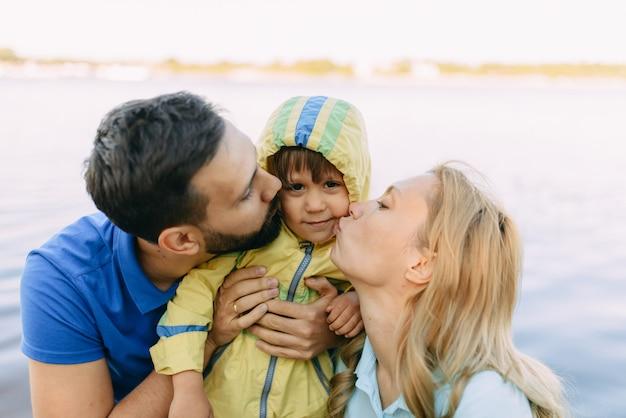 Ouders spelen met hun zoon in het park