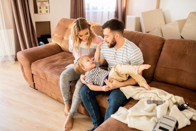 Ouders spelen met zoon thuis