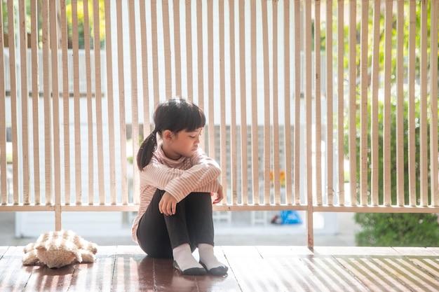 Ouders verlieten het meisje om alleen thuis te blijven is ze erg arm