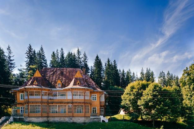Ouderwets uitstekend blokhuis in de bergen
