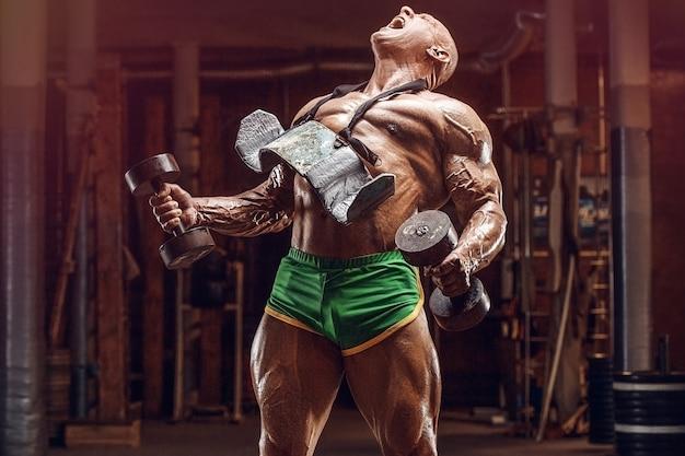Ouderwetse atleet bodybuilder arm oefeningen doen in de sportschool. brute kale kaukasische sportman stijl van de jaren 80. sport, fitness en workout 80's concept Premium Foto
