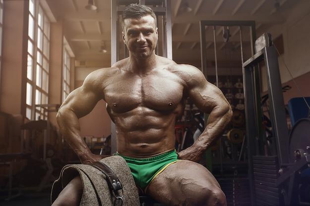 Ouderwetse bodybuilder die oefeningen doet in de sportschool van de oude school. knappe kaukasische sportman stijl van de jaren 80. sport, fitness en workout 80's concept