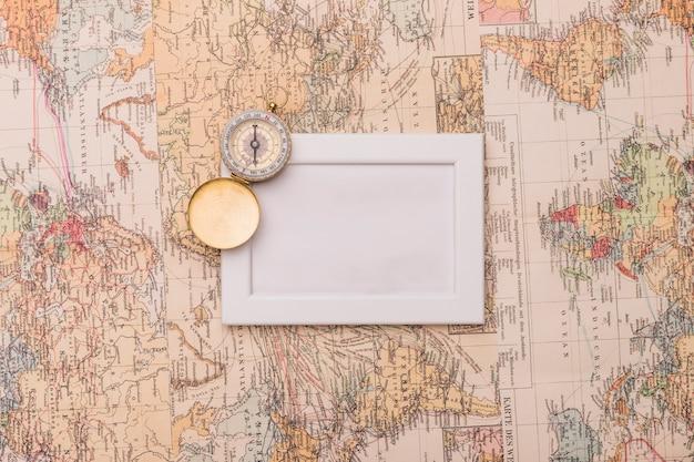 Ouderwetse kompas en frame op kaarten