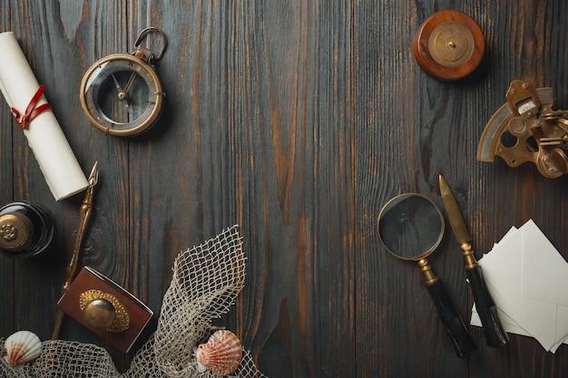 Ouderwetse plat lag met brieven schrijven accessoires op donkere houten tafel