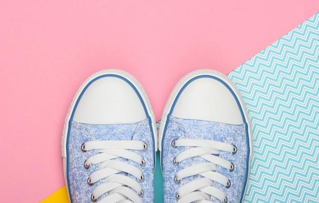 Ouderwetse retro sneakers op een gekleurde achtergrond. pastelkleurige trend. bovenaanzicht