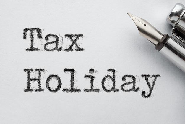 Ouderwetse stalen vulpen met form tax holiday-woorden gedrukt door typemachine