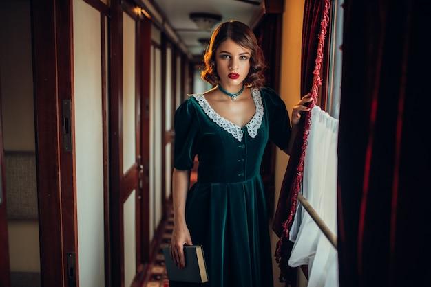 Ouderwetse vrouw reist, retro trein