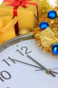Oudjaarsavond. samenstelling van klok en kerstversiering close-up
