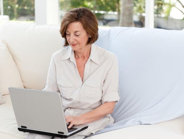 Oudste die aan haar laptop werkt