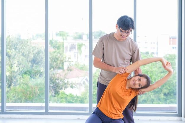 Oudsten die yoga in een studio uitvoeren