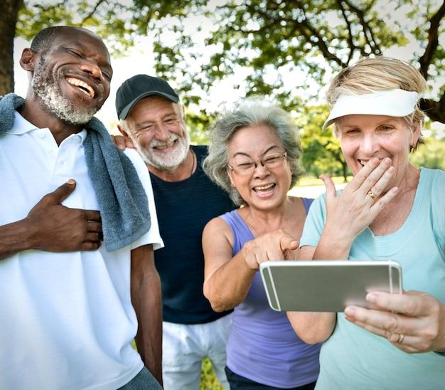 Oudsten lachen om iets aan de telefoon