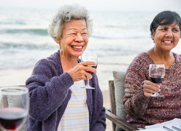 Oudsten roosteren met rode wijn op het strand