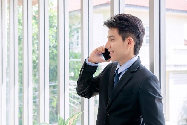 Oung zakenman die in een nieuw kantoor werkt