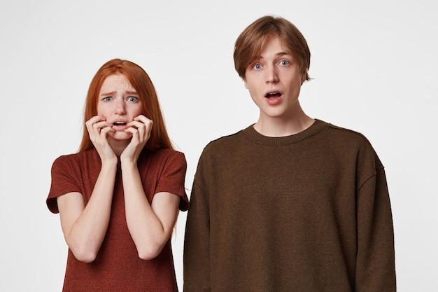 Ouple van een jongen en een meisje, nonchalant gekleed