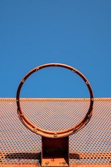 Outdoor basketbal hoepel met blauwe hemel. lage hoek. kopieer ruimte