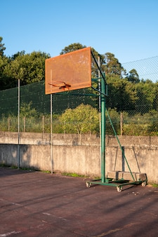 Outdoor basketbal hoepel met blauwe lucht en bomen