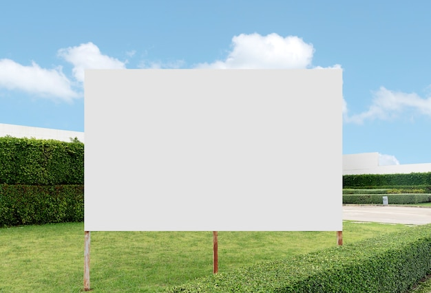 Outdoor billboard achtergrond in tuin met witte achtergrond mock up uitknippad