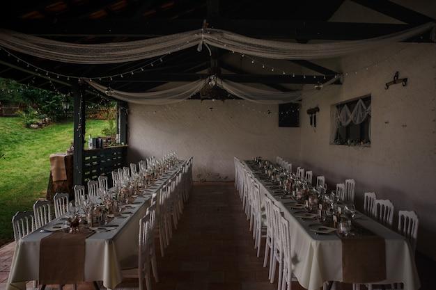 Outdoor catering diner op de bruiloft met zelfgemaakte garnituren decoratie
