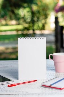 Outdoor coffee verfrissing winkel ideeën, cafe werkervaring, belangrijke notities schrijven, nieuwe brieven opstellen, geschreven artikelen maken, zaken beheren