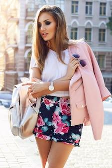 Outdoor fashion street stile portret van mooie vrouw in herfst casual outfit wandelen in de stad. mooie brunette meisje of student genieten van weekends.