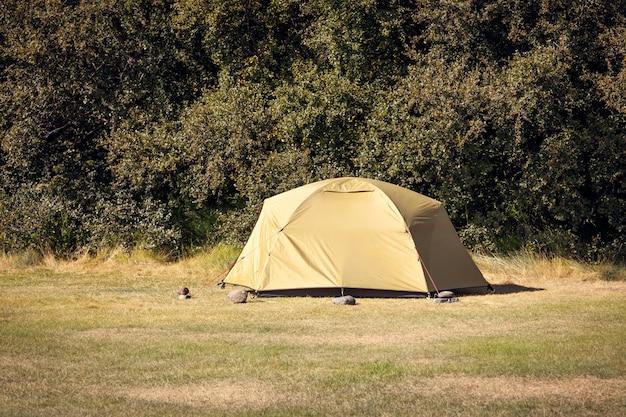 Outdoor groene toeristische tent op een veld. horizontaal schot