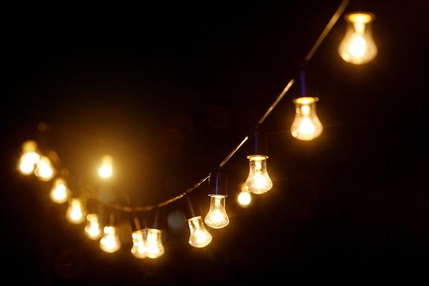 Outdoor lichtslingers opknoping op een lijn in de achtertuin.