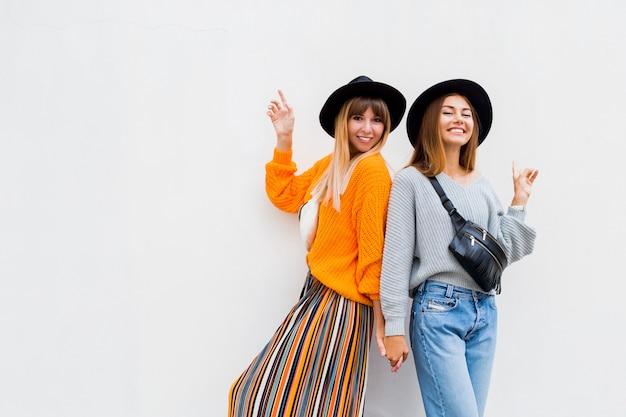 Outdoor lifestyle portret van een paar jonge vrouwen samen plezier.