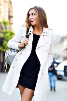Outdoor lifestyle portret van elegante vrouw lopen in het centrum van europa,
