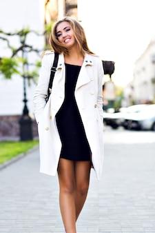 Outdoor lifestyle portret van elegante vrouw wandelen in het centrum van europa, plezier hebben en glimlachen,