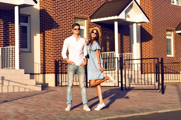 Outdoor lifestyle portret van vrij jong koppel op romantische date met plezier samen, knuffels en kussen, poseren op straat, samen reizen, familieportret.