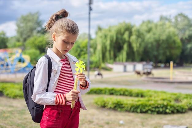 Outdoor portret van blonde kind gir, park, lucht in de wolken