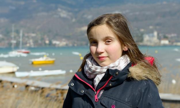 Outdoor portret van een klein meisje in een zwarte jas