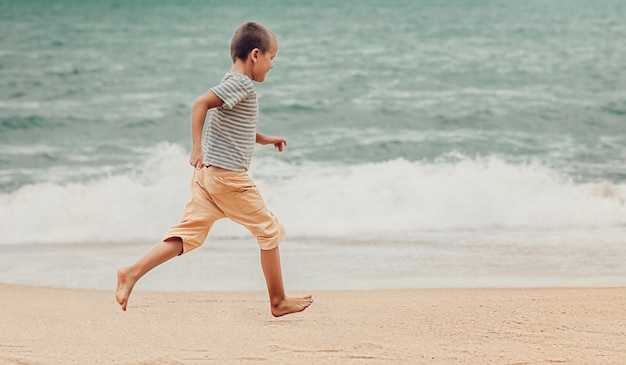 Outdoor portret van een kleine schattige jongen loopt