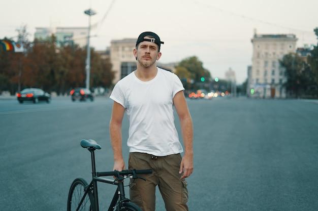 Outdoor portret van een moderne jonge man in de straat