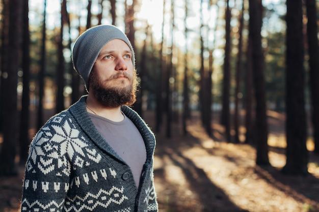 Outdoor portret van knappe bebaarde man