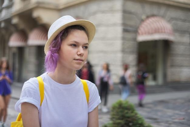 Outdoor portret van meisje in hoed met trendy paars lila haar