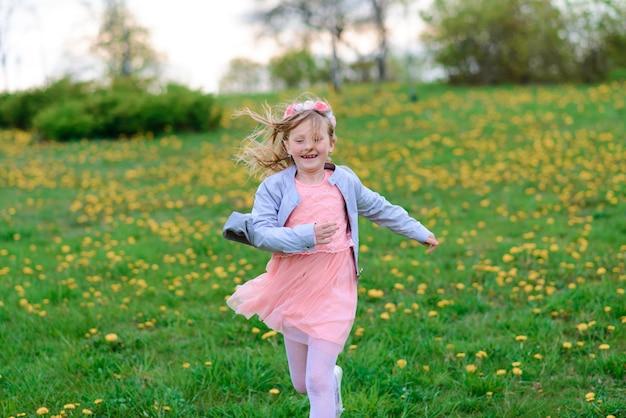 Outdoor portret van schattig klein meisje in prinses jurk