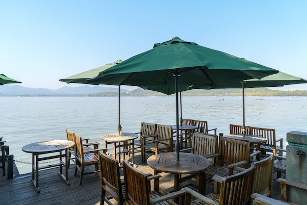 Outdoor restaurant aan de oever van west lake