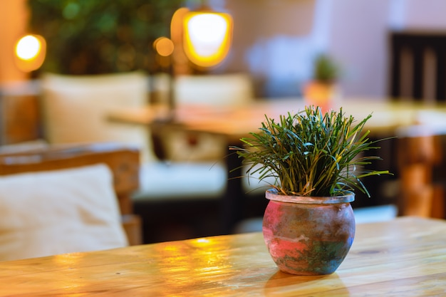 Outdoor restaurant bij nachtverlichting