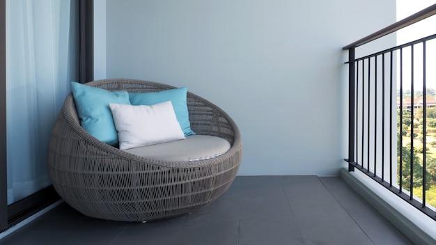 Outdoor strandstoel op het balkon of terras van de hotelkamer gemaakt van natuurlijk hout genaamd rotan