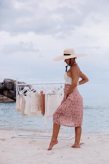 Outdoor strandwinkel voor gebreide kleding vrouw keuze wat te kopen bij vloerhanger zomer gebreide kledingconcept Gratis Foto