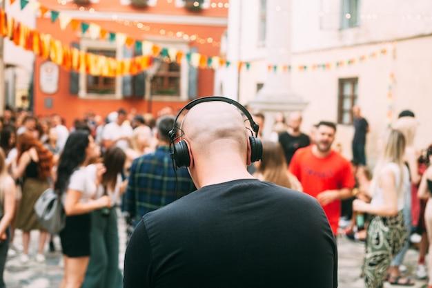 Outdoorfeest, dj en wazige mensen op de achtergrond