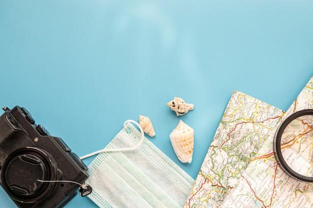 Outfit van reiziger, student, tiener, jonge vrouw of man. overhead van essentials voor moderne jonge mensen. verschillende objecten op de achtergrond. flatlay