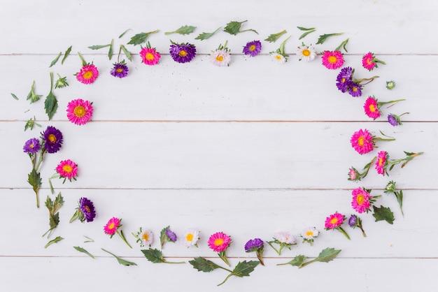 Ovaal van bloemen op houten tafelblad