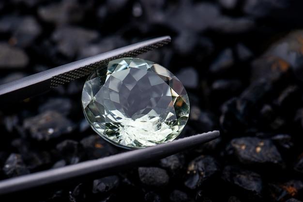 Ovale vorm lichtgroene edelsteen helder geslepen facet met donkere achtergrond.