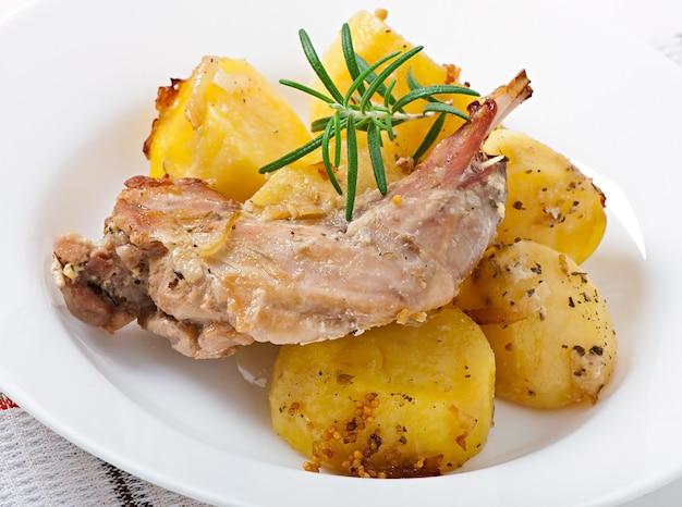 Oven gebakken konijn poten met aardappelen en rozemarijn
