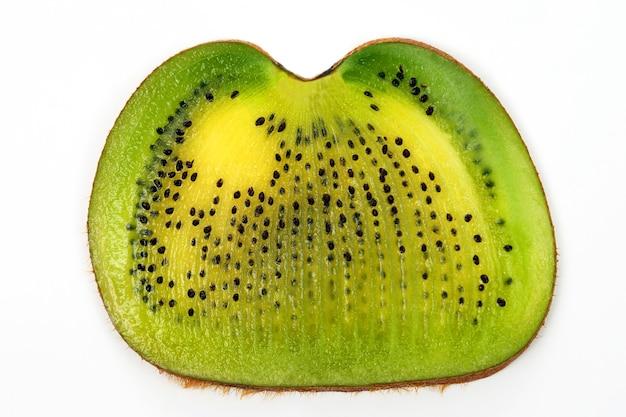 Over de gesneden kiwi op witte achtergrond. gezond vitaminevoedsel