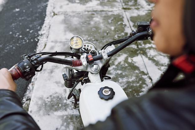 Over de schouder weergave van fietser rijden op de motorfiets