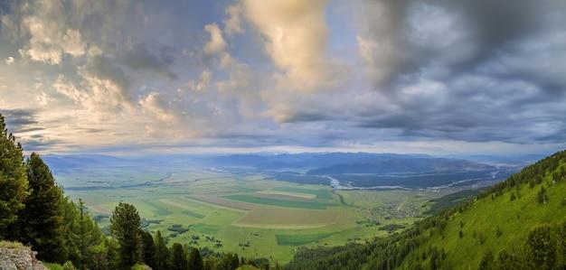 Over een uitgestrekte bergvallei, bewolkt weer